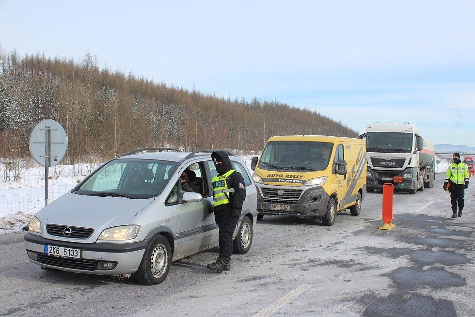 Policisté nadále kontrolují řidiče na okresních hranicích.