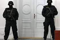 Pokud se členové gangu Zádamských objeví u soudu, jednání hlídají policisté v kuklách.