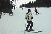 Některé skiareály, jako třeba Klínovec, stále nabízejí dobré podmínky pro lyžaře.