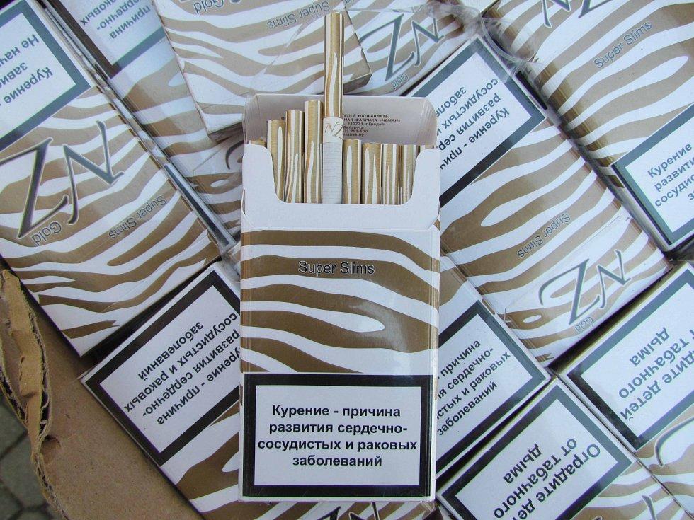Zabavené padělky cigaret a tabáku.