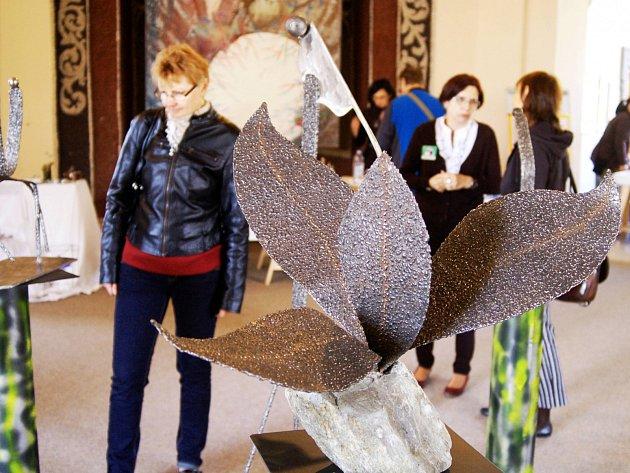 Letohrádek zavíral výstavou umělců z regionu, nechyběly sochy nebo šperky.