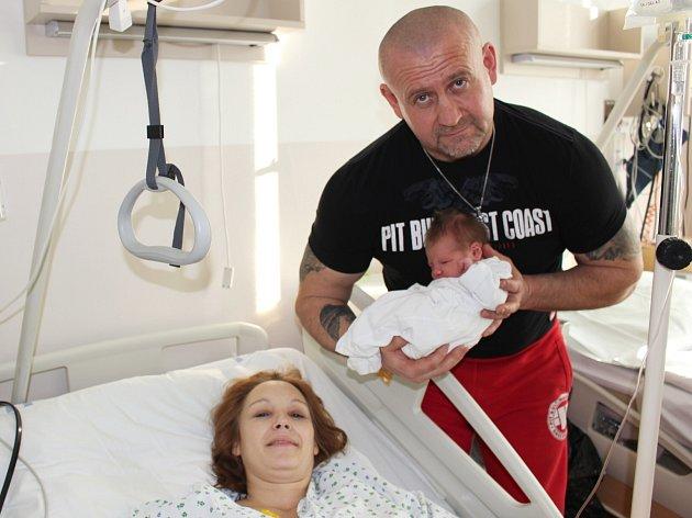 První miminko Karlovarska se šťastnými rodiči.
