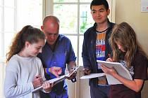 V LETNÍM KEMPU se lze i vzdělávat, například učit se anglickému jazyku. Což právě činí skupinka účastníků.