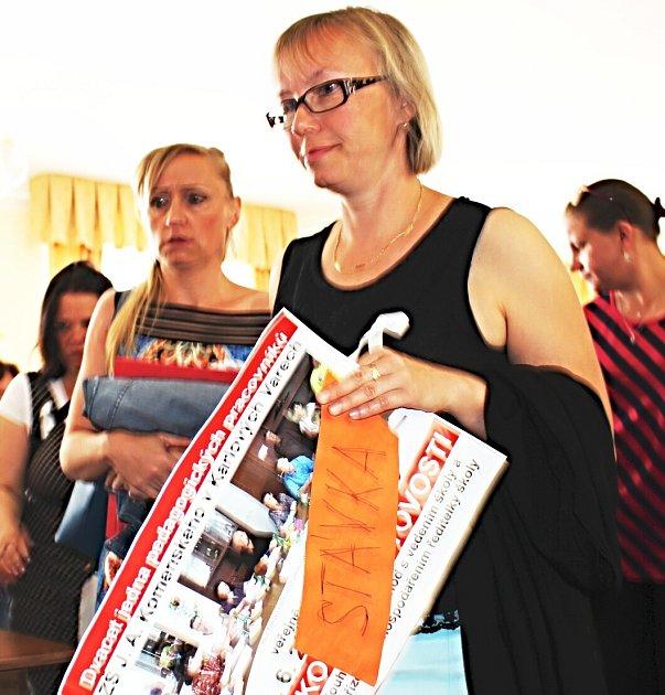 Učitelé i rodiče školáků přišli vyjádřit své názory na jednání zastupitelstva.