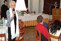 V PALBĚ OTÁZEK. Eva Marková (za řečnickým pultem), zástupkyně VZP v Karlovarském kraji, odpovídala na řadu dotazů ohledně hrazení hospicové péče. Pavla Andrejkivová (s mikrofonem) se nevzdává naděje, že by se tristní situace v kraji mohla zlepšit.