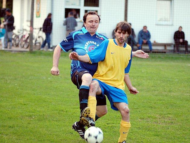 V dohrávce patnáctého kola uhráli v rámci derby horalů hráči Nových Hamrů (ve žlutém) nerozhodný výsledek 2:2 s lídrem tabulky FK Merklín (v modrém).