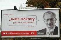 """Hnutí Doktoři pojalo předvolební kampaň i jako recesi. Na jednom z jejich billboardů se objevil i hejtman Pavel s výrokem : """"Volte Doktory – já už na to fakt nemám.""""  Teď se plakátem zabývají soudy."""