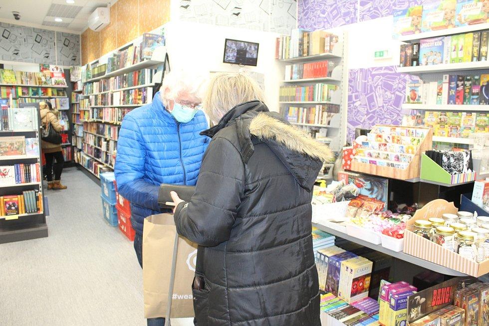 Lidé mohou konečně i do knihkupectví.