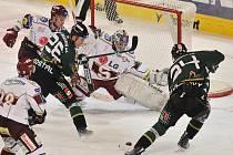 Ze zápasu 34. kola hokejové extraligy Sparta Praha - Energie Karlovy Vary (v zeleném) 1:2.