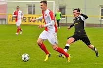 Karlovarská Slavia se loučila se svými fanoušky na stadionu ve Dvorech výhrou 6:1 nad týmem Malše Roudné (v černém).