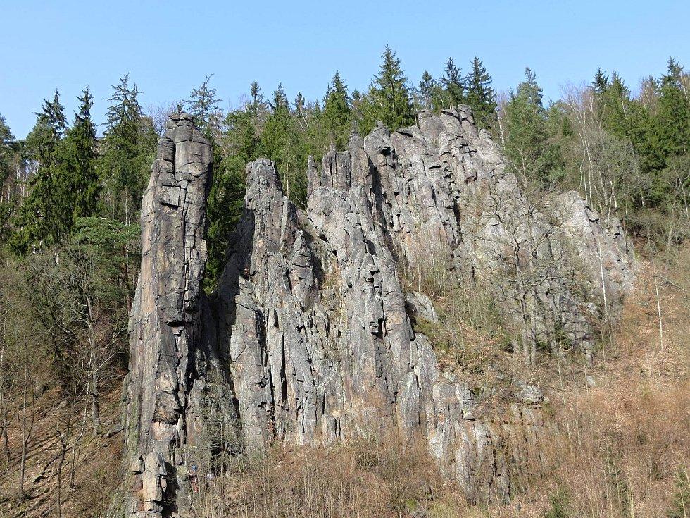 Jednotlivé skalní věže a bloky ve Svatošských skalách se nazývají Kapucín, Ministranti, Nevěsta s Ženichem, Páter, Svědkové, Muzikanti, Tchán, Tchyně a Zámek.