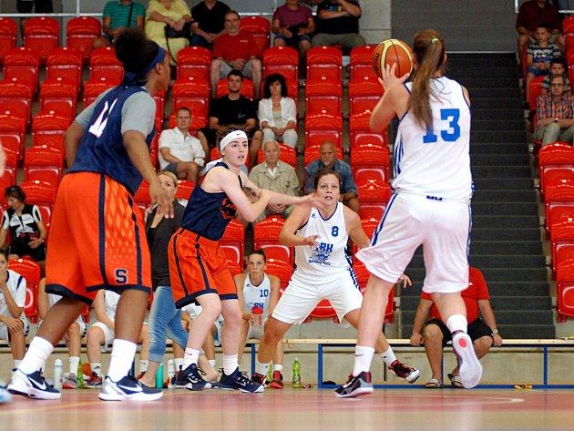 V Karlových Varech začala sloužit sportovcům i veřejnosti nová hala pro míčové sporty.