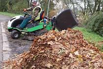 HORY LISTÍ se kupí všude, s podzimní nadílkou mají plné ruce práce zahradníci i zaměstnanci technických služeb. V Karlových Varech počítají odklizené listí na tuny, zmizet musí nejen z lázeňských parků, ale také ze všech sídlišť.