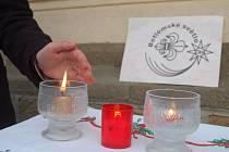 Lidé si mohli odnést Betlémské světlo od tržnice, kde se o něj starali skauti