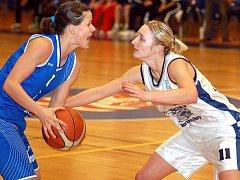 Basketbalistka Jana Houdková (v bílém) se v pátek představí v dresu karlovarské Lokomotivy v duelu se Strakonicemi.