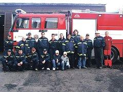 Božídarští dobrovolní hasiči u nového speciálu, který získali v roce 2006. Nové auto se podařilo zakoupit i díky dotaci z Evropské unie.