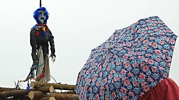 Pálení čarodějnic se v Karlových Varech konalo tradičně na Sokolském vrchu. Přilákalo desítky lidí, které neodradilo ani deštivé počasí.