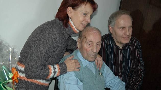 Jubilant Alois Král přijímal gratulace s dcerou Evou a synem Petrem.