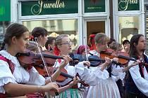 Už po čtrnácté se v Karlových Varech setkají folklorní soubory z Čech, Slezska a zahraničí. Uskuteční se zde tradiční Karlovarský folklorní festival.