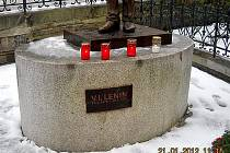 Neznámý vandal přejmenoval Masarykovu sochu na Leninovu