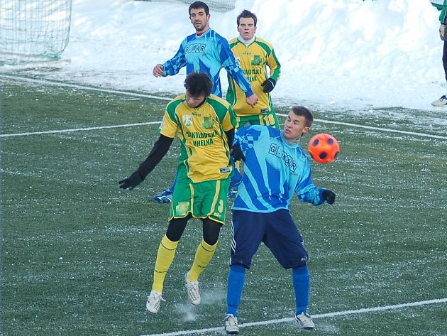 V zahajovacím utkání zimního turnaje Baníku Sokolov místní juniorka zaváhala, když podlehla starorolské jedenáctce. Porážce svého týmu nezabránil ani obránce juniorky Jan Kašpar (vlevo), který během zápasu svedl několik nesmlouvavých soubojů o balón.