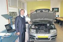 Ředitel střední průmyslové školy v Ostrově Pavel Žemlička slavnostně otevřel novou provozovnu. Nechybí zde ani automobily sloužící žákům k praktické výuce.