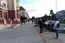 Fronta před poštou v Ostrově, kterou zdokumentovali obyvatelé Ostrova a zveřejnili na facebooku.