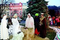 U vánočního stromku v Karlových Varech.