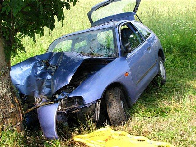 Sedmadvacetiletá žena při průjezdu zatáčkou nepřizpůsobila rychlost, vyjela mimo vozovku a čelně narazila do stromu.