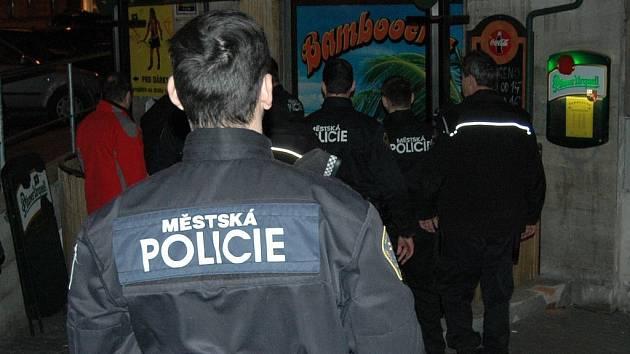 Opakovaná návštěva. V této restauraci v centru Karlových Varů zasahovali strážníci už v pátek. V sobotu se vrátili, žádné nedostatky ovšem nezjistili.