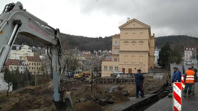 ZDE SE STAVÍ. Na tomto místě bude stát rezidence Královská vyhlídka. V pozadí Základní škola jazyků.