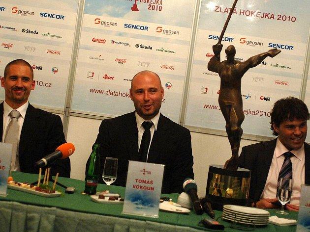 Po zisku titulu mistra světa se hokejový brankář Tomáš Vokoun dočkal dalšího ocenění, tentokrát individuálního. Jako první rodilý Karlovarák pozvedl nad hlavu sochu hokejisty v anketě Zlatá hokejka 2010.
