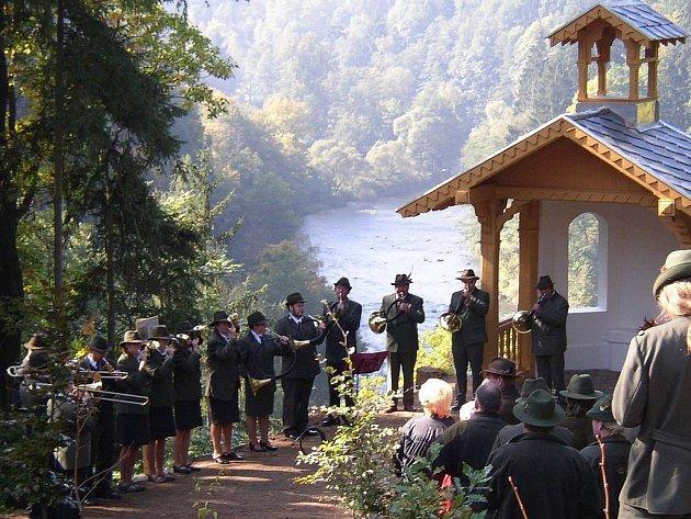 Znovuotevření kaple nad Kyselkou asistovali i trubači zvaní Doupovští slivoni.