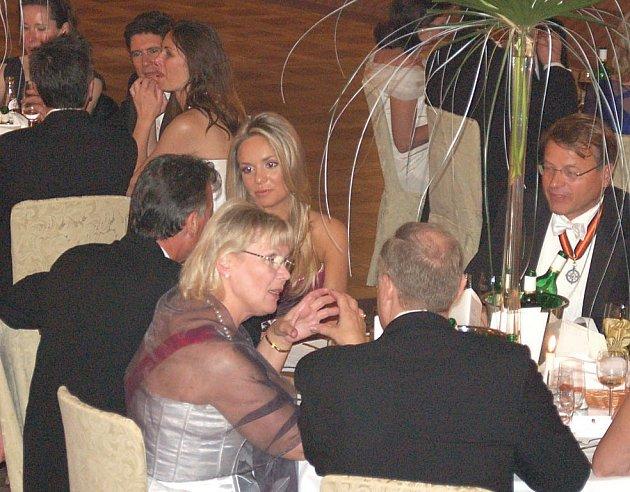 MISS WORLD NA PLESE. Taťána Kuchařová (uprostřed) se sice nemůže pochlubit šlechtickými předky, ale zato se pyšní titulem nejkrásnější dívky světa.