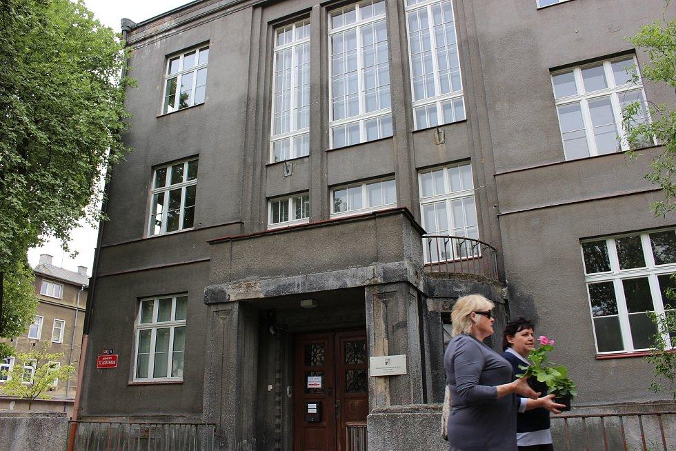 Historická část keramické školy v Karlových Varech není v nejlepší kondici. Zvláště část, kde jsou byty, je v havarijním stavu. Lidé je proto museli opustit a patrně se zpět už nevrátí.