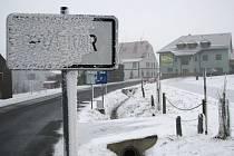 Silný vítr a sníh komplikuje dopravu na hřebenech Krušných hor.