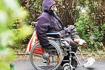 Problematikou lidí bez domova, kterých v krajském městě přibývá, se bude zabývat pracovní skupina. Bude hledat i řešení, jak pomoci tomuto muži, který nemá střechu nad hlavou a potýká se s řadou zdravotních potíží.