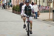 DAVID ZAPLETAL se chystá natočit lázeňské trasy. Ty nejdříve musí projet na horském kole.