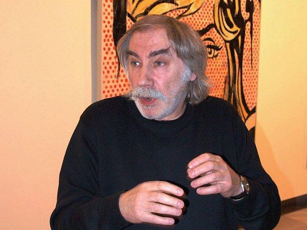 Václav Benda při vernisáži své výstavy v karlovarské Galerii umění. Jeho obrazy lze zhlédnout do 1. března.