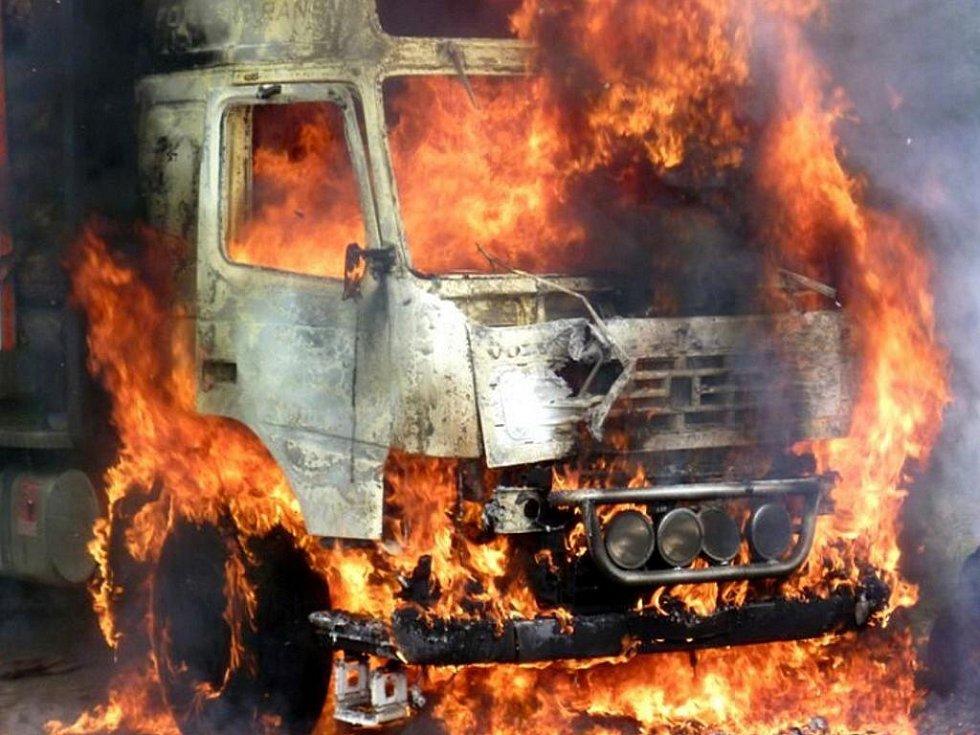 Plameny zničily kabinu náklaďáku