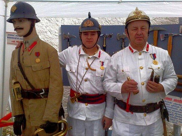 Autor se synem při výstavě historické výzbroje a výstroje