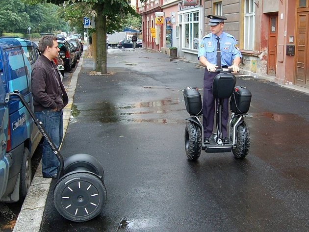 Na dvou kolech. Strážník sedlající dvoukolku Segway dokáže za den ujet třikrát větší porci kilometrů než normální pěší hlídka.