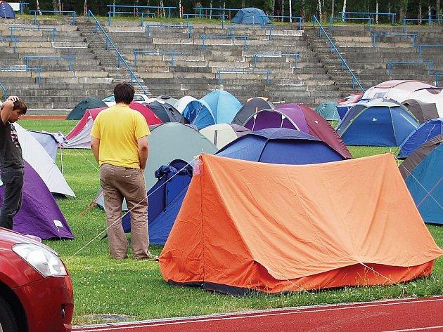 Ubytování na stadionu je velkým lákadlem hlavně pro mladé lidi.