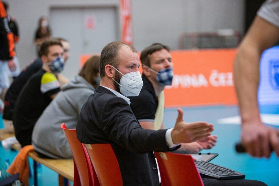 Pravou nohou vstoupili volejbalisté Karlovarska do finálové série UNIQA extraligy, když v hale míčových sportů porazili bez větších problémů VK Jihostroj České Budějovice.