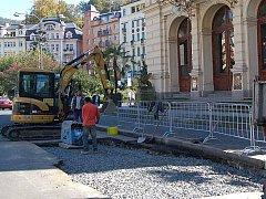 Výkopy už mizí. Snad se konečně uleví všem turistům i Karlovarákům, kteří museli obcházet výkopy v okolí divadla.