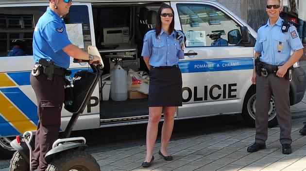 Strážníci městské policie sice občas využívají vozítka segway, ale mnohem častěji chodí po svých. Proto potřebují dobré boty.