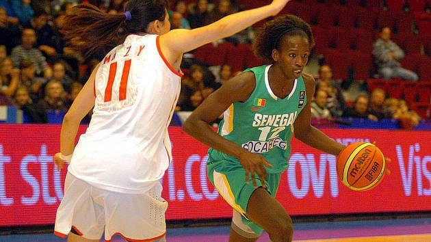 Ve skupině o konečné 13. až 16. místo si připsala v KV Aréně těsné vítězství 71:69 Čína (v bílém) nad reprezentačním výběrem Senegalu (v zeleném).