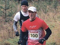 Čtyři kilometry si v sobotu na trati Karlovarského krosu šlapali na paty karlovarský triatlonista Jan Kubíček (s číslem 100) a sokolovský atlet Pavel Procházka, který v závěru závodu rozhodl o svém vítězství.