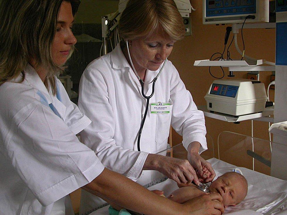 Ačkoli to na západ od naší hranice není zvykem, v Čechách platí za péči u lékařů a v nemocnicích i malé děti. A nyní dokonce i nemocní novorozenci. Jinak řečeno: platí se i za to, když musí být narozené dítě v inkubátoru. Hotově. Tak rozhodla vláda.