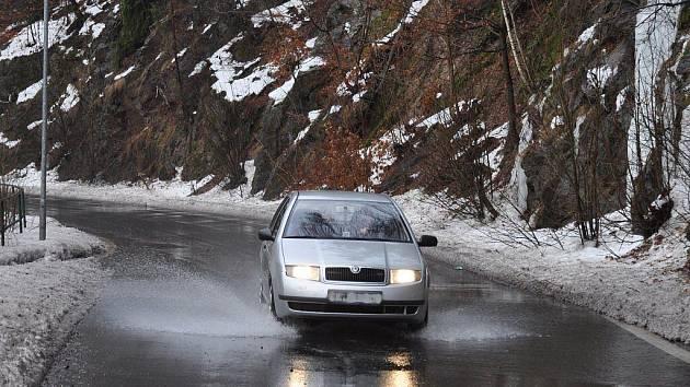 Rychlé tání na Karlovarsku způsobilo problémy také řidičům. Tající sníh z okolních polí a lesů se hrnul na komunikace. Řidiči si proto museli dávat obzvlášť pozor